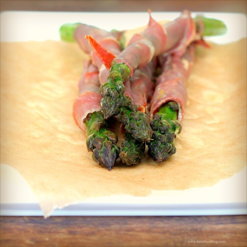 Roasted Asparagus and Prosciutto Spears | TasteFood